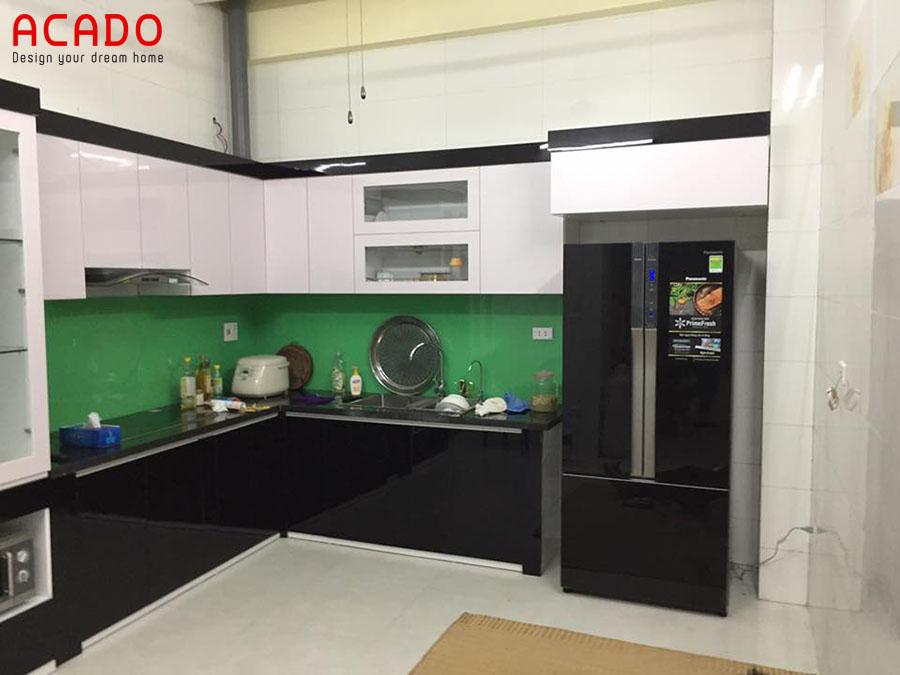 Mẫu tủ bếp Acrylic bóng gương hình chữ L tận dụng tối đa góc chết của phòng bếp