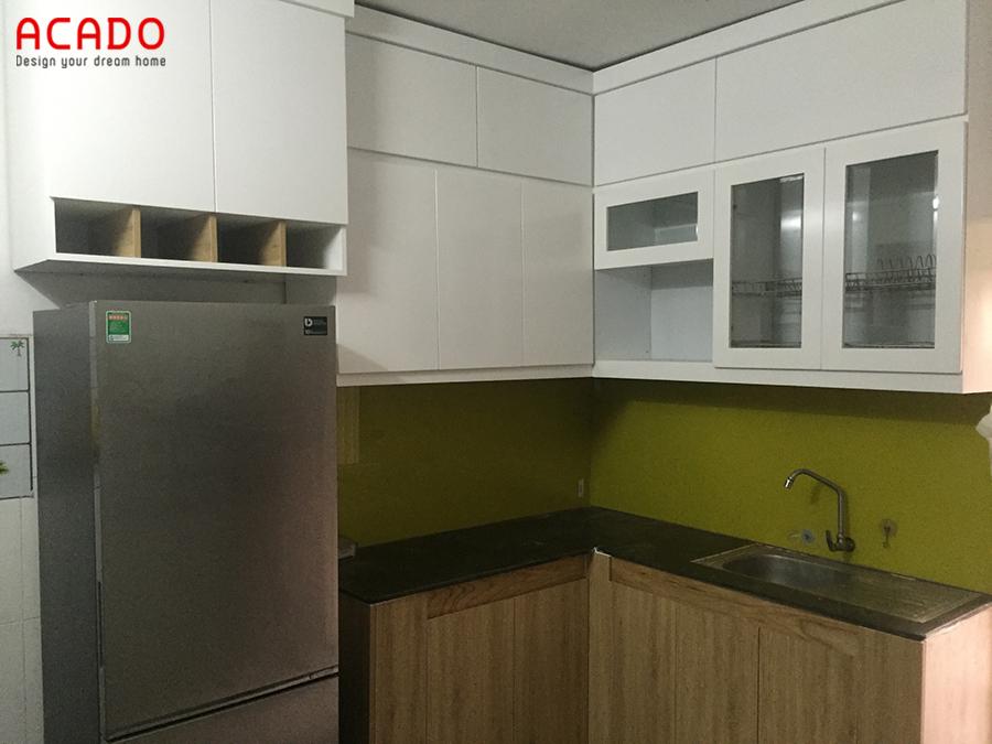 Hoàn thiện bộ tủ bếp hình chữ L gỗ Melamine đóng kịch trần tối ưu không gian sử dụng