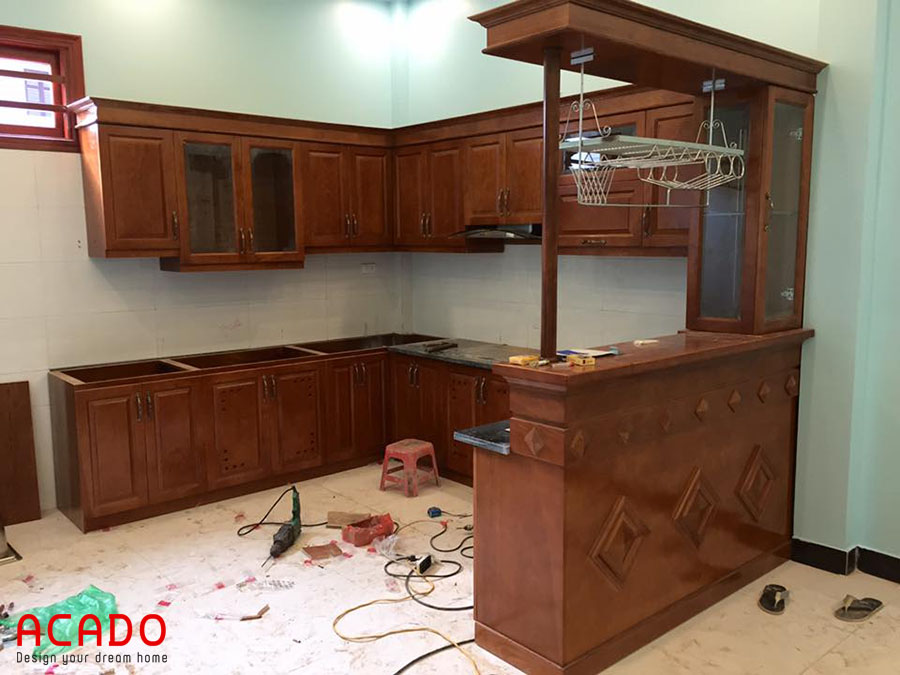 Thi công lắp tủ bếp gỗ xoan đào hình chữ U có quầy bar thể hiện sự đẳng cấp của gia chủ