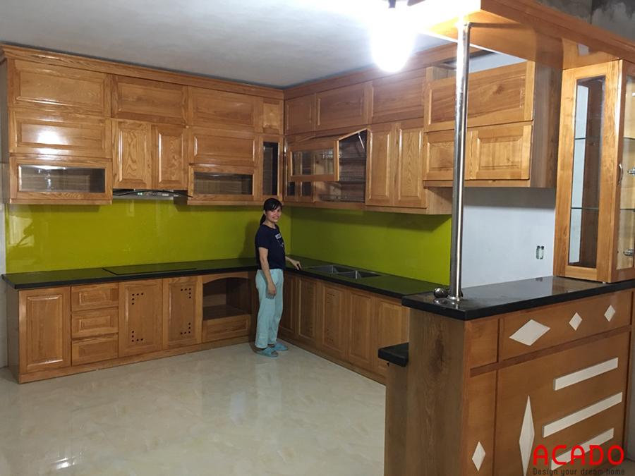 Tủ bếp gỗ sồi nhà anh chị Long Huệ ở Xuân đỉnh sử dụng máy hút mùi kính cong hiện đại, tiện dụng