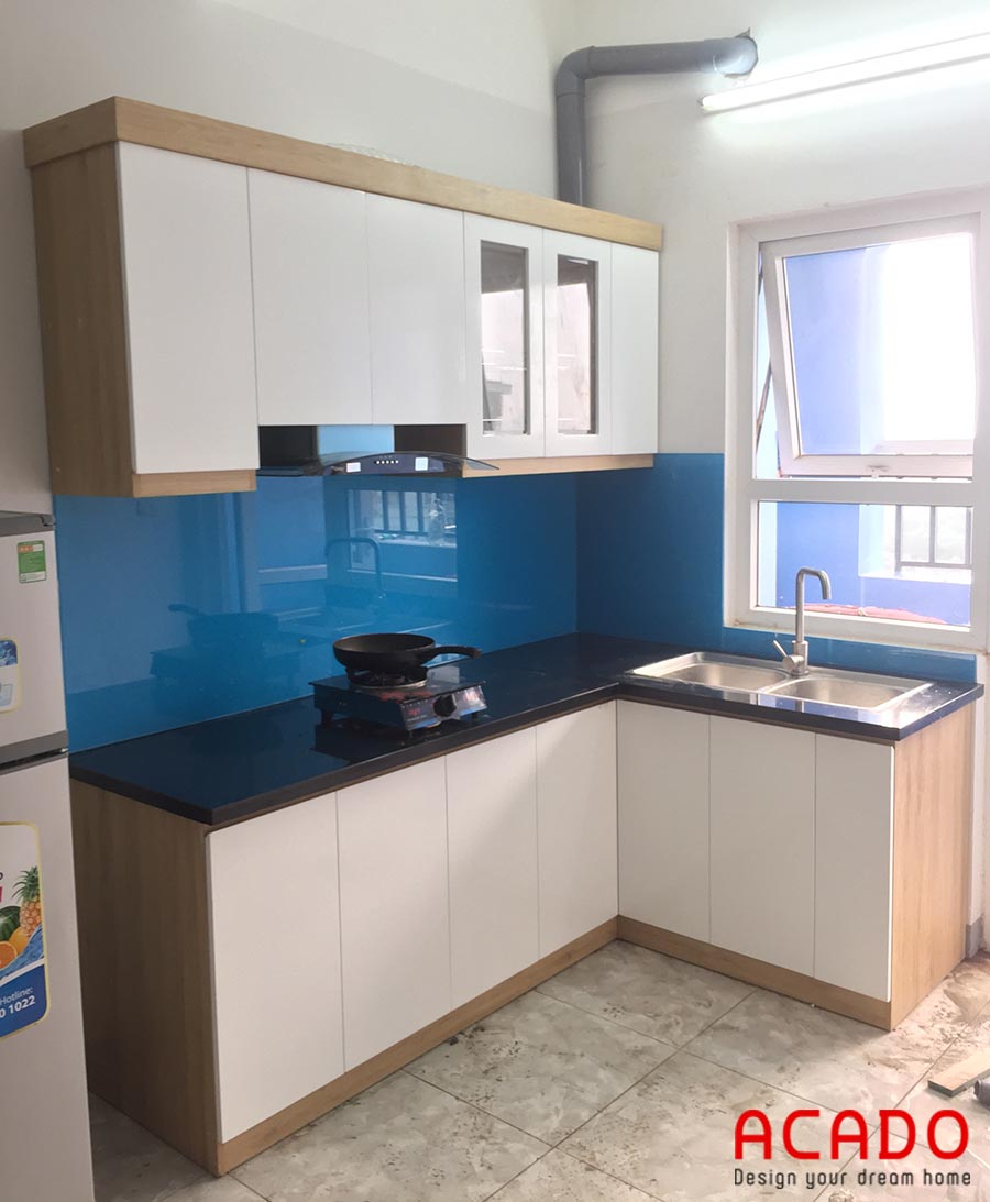 Tủ bếp Melamine màu trắng nhà chị Toan ở Linh Đàm sử dụng máy hút mùi kính cong do Acado cung cấp