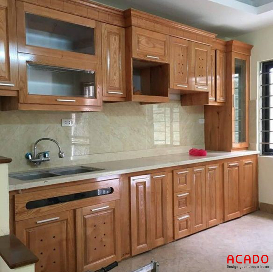 Mẫu tủ bếp hình chữ i gỗ sồi Nga kết hợp bàn đá bếp màu trắng sang trọng