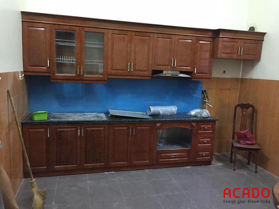 Mẫu tủ bếp hình chữ i nhỏ gọn làm từ chất liệu gỗ xoan đào màu cánh dán. Được kết hợp cùng kính ốp bếp màu xanh dương đẹp tinh tế
