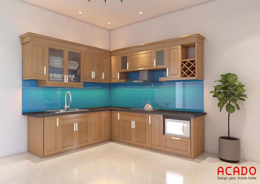 Mẫu tủ bếp gỗ sồi Nga hình chữ L với điểm nhấn là kính ốp bếp màu xanh dương