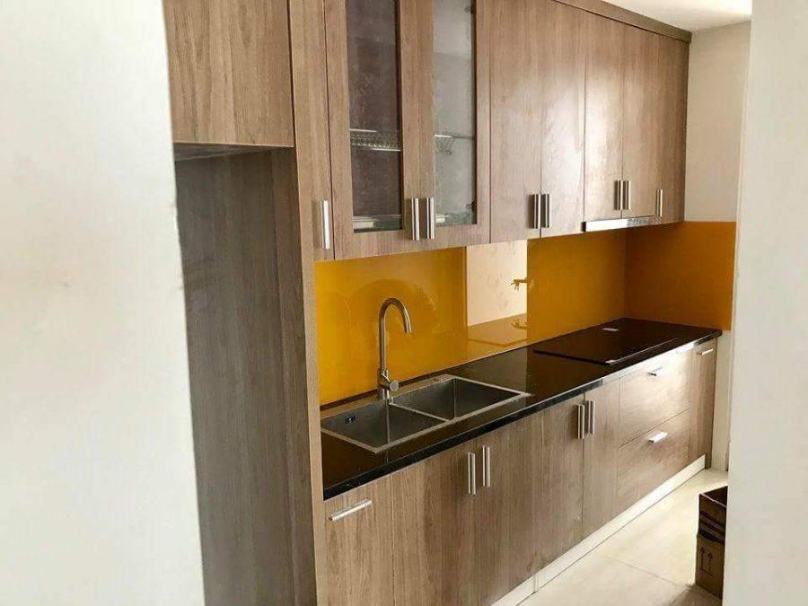 Mẫu tủ bếp Melamine hình chữ i màu vân gỗ bền đẹp và không bao giờ lỗi mốt