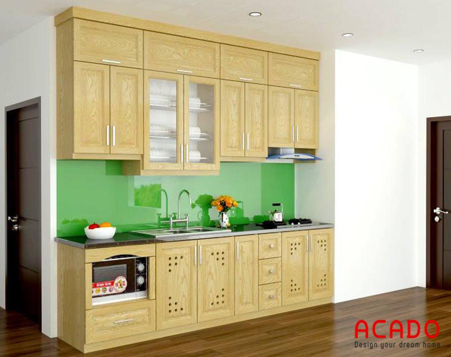 Mẫu tủ bếp chữ i gỗ sồi Nga đóng sát trần giúp bạn để thêm được nhiều đồ dùng hơn