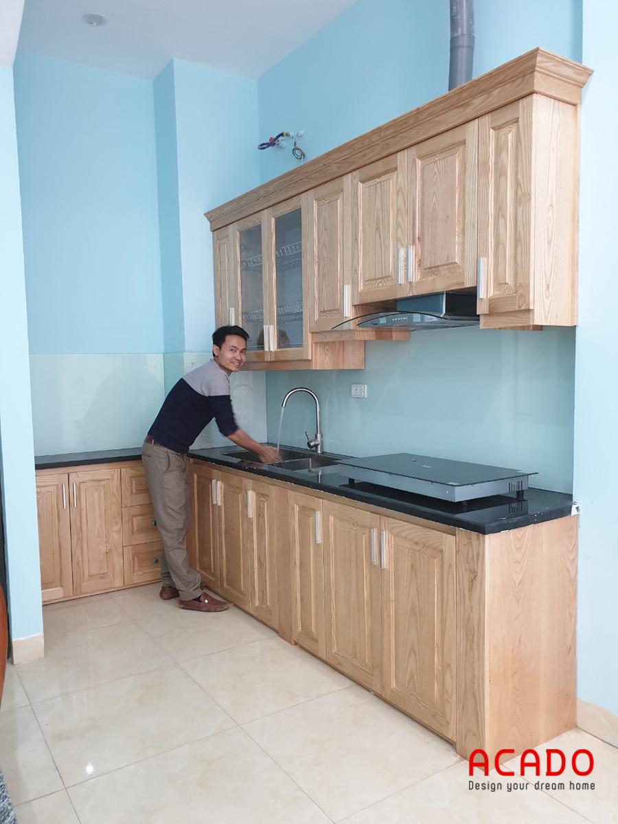 Mẫu tủ bếp gỗ sồi Nga màu vàng tươi sáng giúp căn bếp trở lên nổi bật