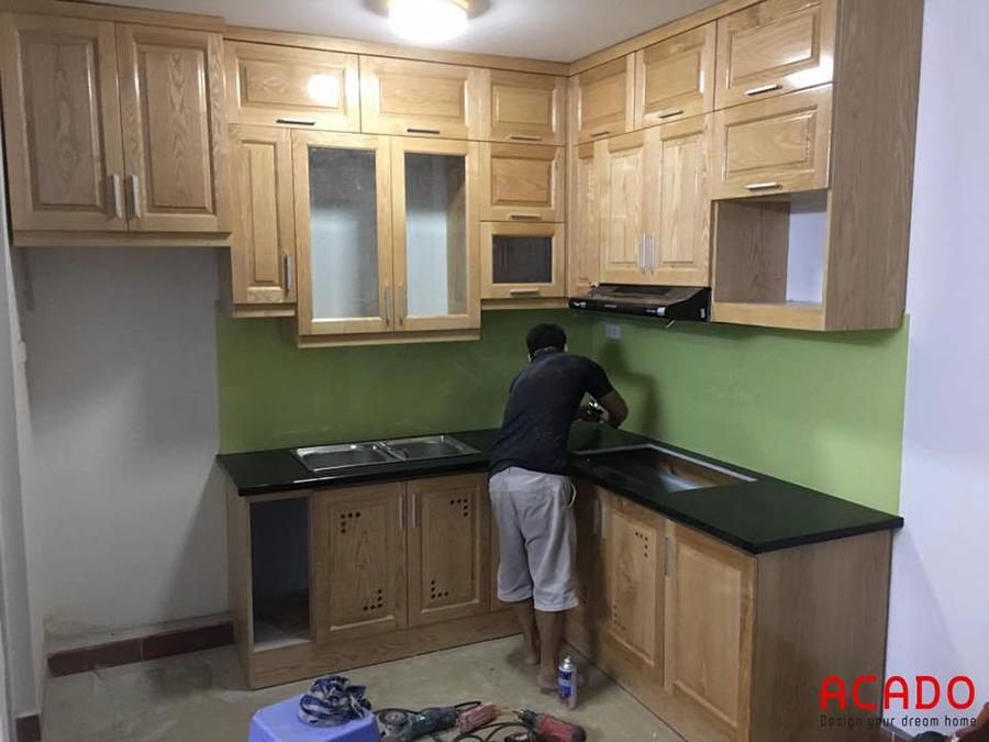 Thợ của Acado đang thi công hoàn thiện tủ bếp gỗ sồi cho gia chủ tại Dương Nội