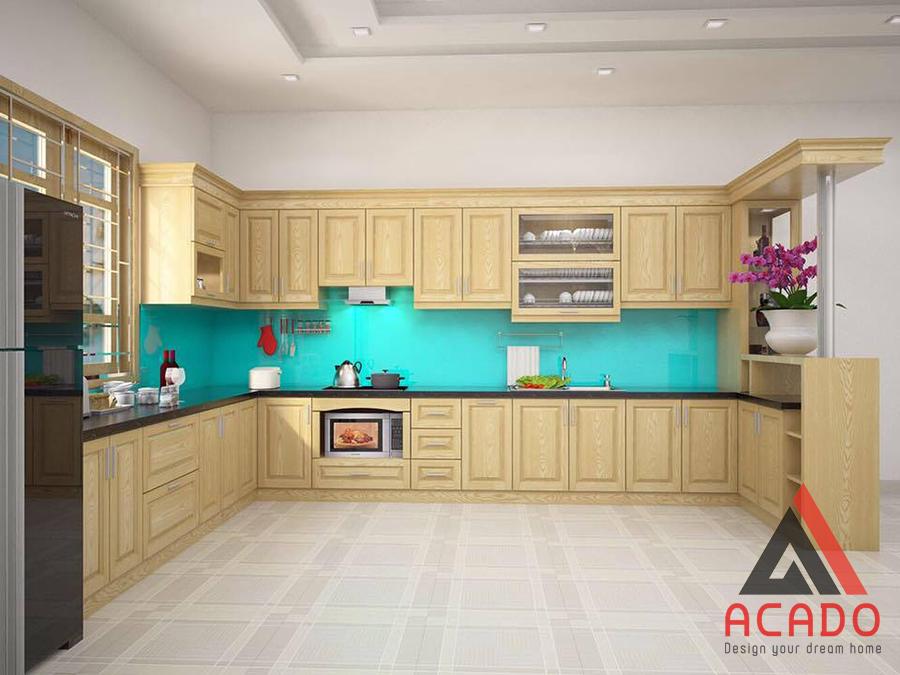 Mẫu thiết kế tủ bếp gỗ sồi Nga hình chữ U có quầy bar sang trọng, hiện đại và tiện nghi. Phù hợp với không gian bếp rộng rãi