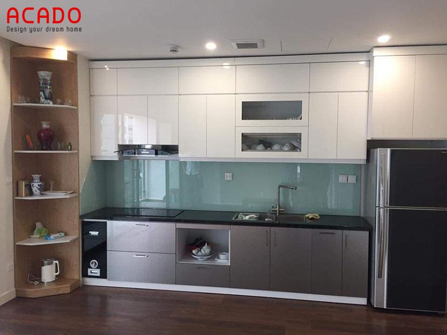 Mẫu tủ bếp Acrylic màu trắng-ghi được thiết kế thêm cấp tủ sát trần tăng khả năng chứa đồ