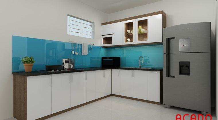 Mẫu tủ bếp Melamine hình chữ L với điểm nhấn là kính ốp màu xanh dương