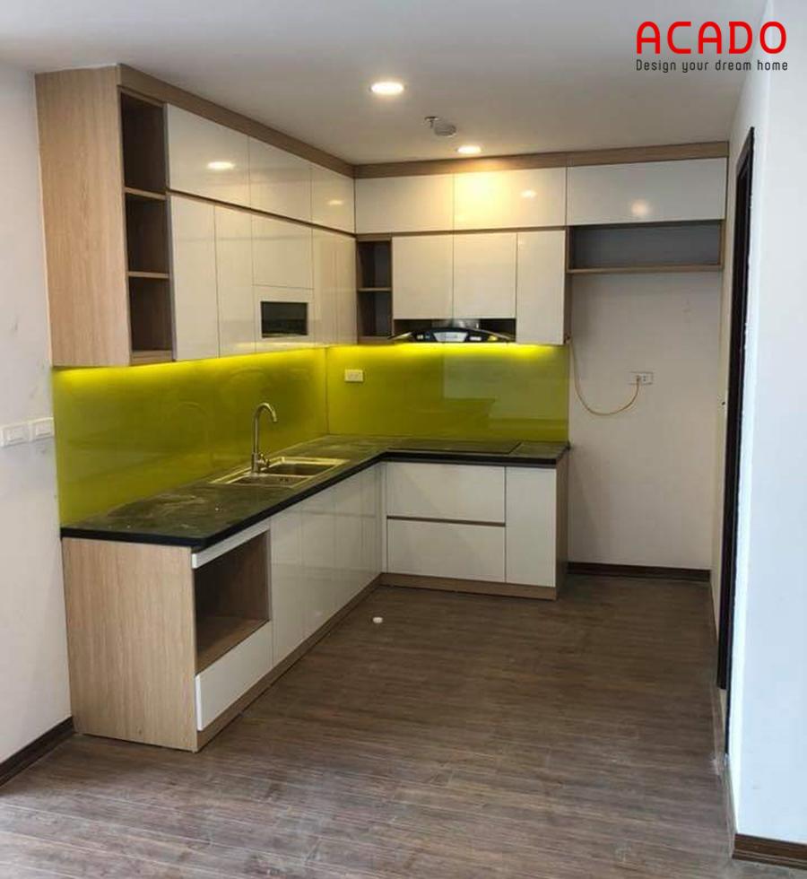 Mẫu tủ bếp Acrylic bóng gương hình chữ L đóng kịch trần tiết kiệm diện tích và tăng khả năng chứa đồ