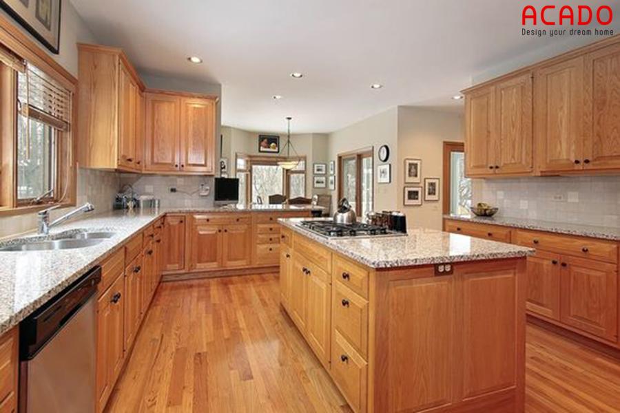Tủ bếp kết hợp bàn đảo với chất liệu gỗ sồi bền đẹp theo thời gian