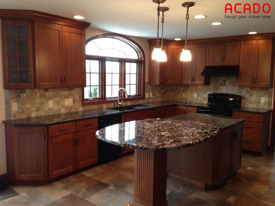 Tủ bếp có bàn đảo làm bằng gỗ xoan đào thiết kế theo phong cách cổ điển