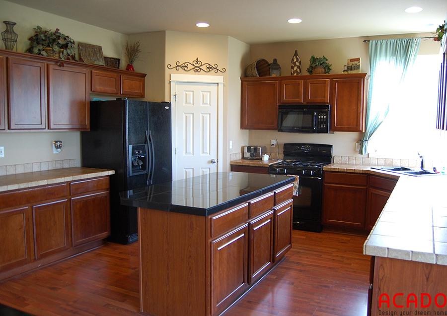 Tủ bếp gỗ sồi kết hợp bàn đảo tạo nên không gian bếp ấn tượng