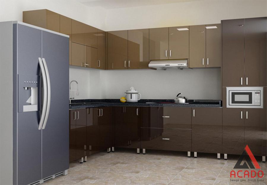 Mẫu tủ bếp thùng inox cánh Acrylic bóng gương màu nâu mang lại không gian bếp hiện đại, trẻ trung