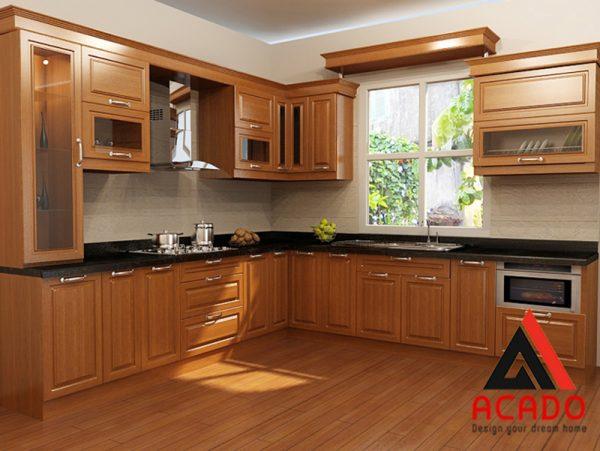 Tủ bếp gỗ sồi Mỹ hình chữ L kết hợp cửa sổ giúp không gian bếp trở lên thoáng mát