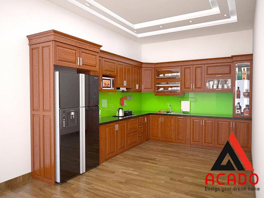 Mẫu tủ bếp gỗ xoan đào hình chữ L kết hợp tủ lạnh sang trọng, tiện dụng