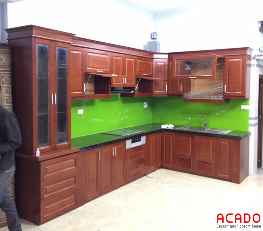 Tủ bếp gỗ xoan đào màu cánh dán đặc trưng thích hợp với không gian bếp cổ điển