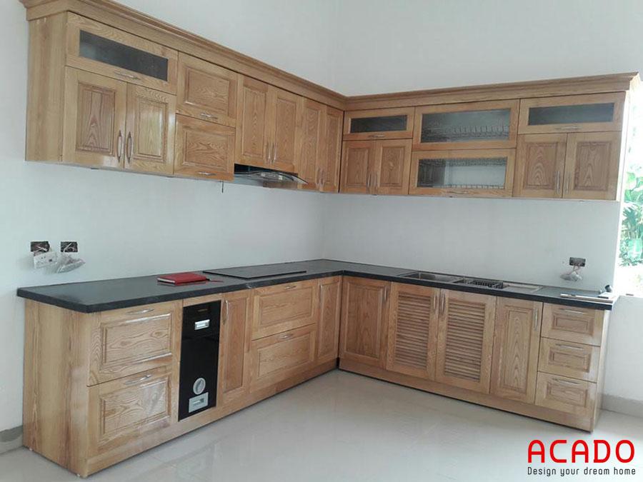 Mẫu tủ bếp gỗ sồi Nga có các đường vân màu vàng nhạt đặc trưng cho sự hiện đại trẻ trung