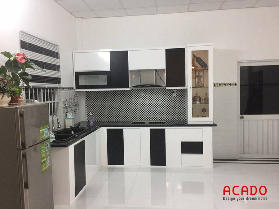 Mẫu tủ bếp Melamine màu đen trắng với thiết kế hình chữ L tối ưu không gian sử dụng