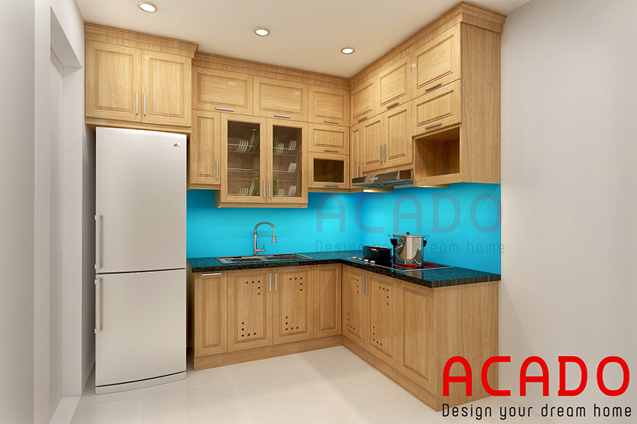 Thiết kế tủ bếp gỗ sồi Nga hình chữ L với điểm nhấn là kính ốp tường màu xanh