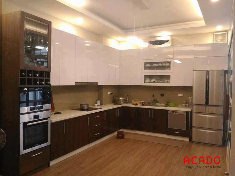 Mẫu tủ bếp hình chữ L gỗ Acrylic sáng bóng dễ dàng vệ sinh lau chùi