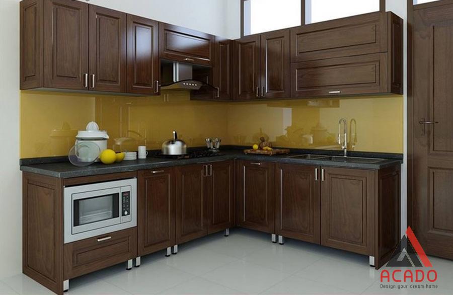 Tủ bếp inox kết hợp với gỗ tự nhiên màu óc chó đem lại không gian bếp sang trọng, tiện nghi