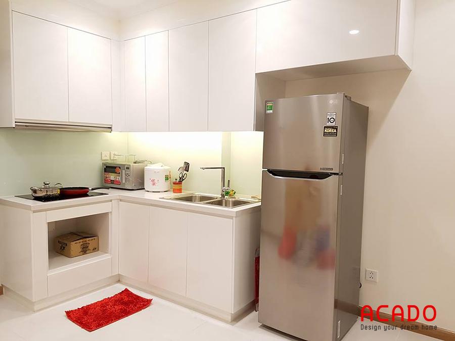 Tủ lạnh được tích hợp trong bộ tủ bếp Melamine hình chữ L nhỏ gọn phù hợp các căn hộ chung cư