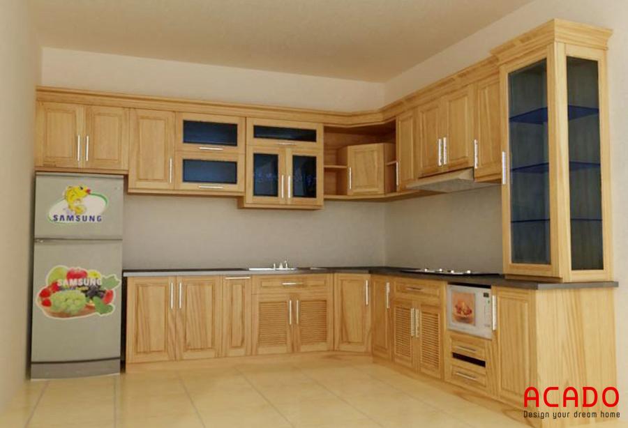 Tủ bếp gỗ sồi Nga màu vàng kết hợp với tủ lạnh tạo ra không gian bếp hiện đại, tiện nghi