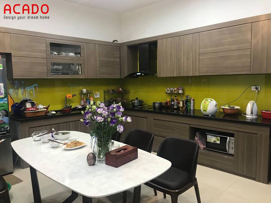 Tủ bếp Laminate màu vân gỗ hình chữ L tạo cảm giác ấm cúng cho gia đình