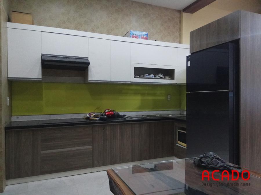 Tủ bếp nhà anh Khôi-Văn Khê được làm từ chất liệu Melamine cốt chống ẩm đẹp, hiện đại