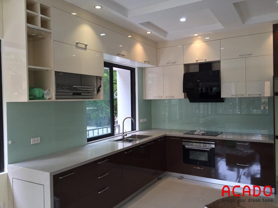 Tủ bếp Acrylic bóng gương có thêm cấp sát trần giúp tạo cảm giác trần nhà cao hơn