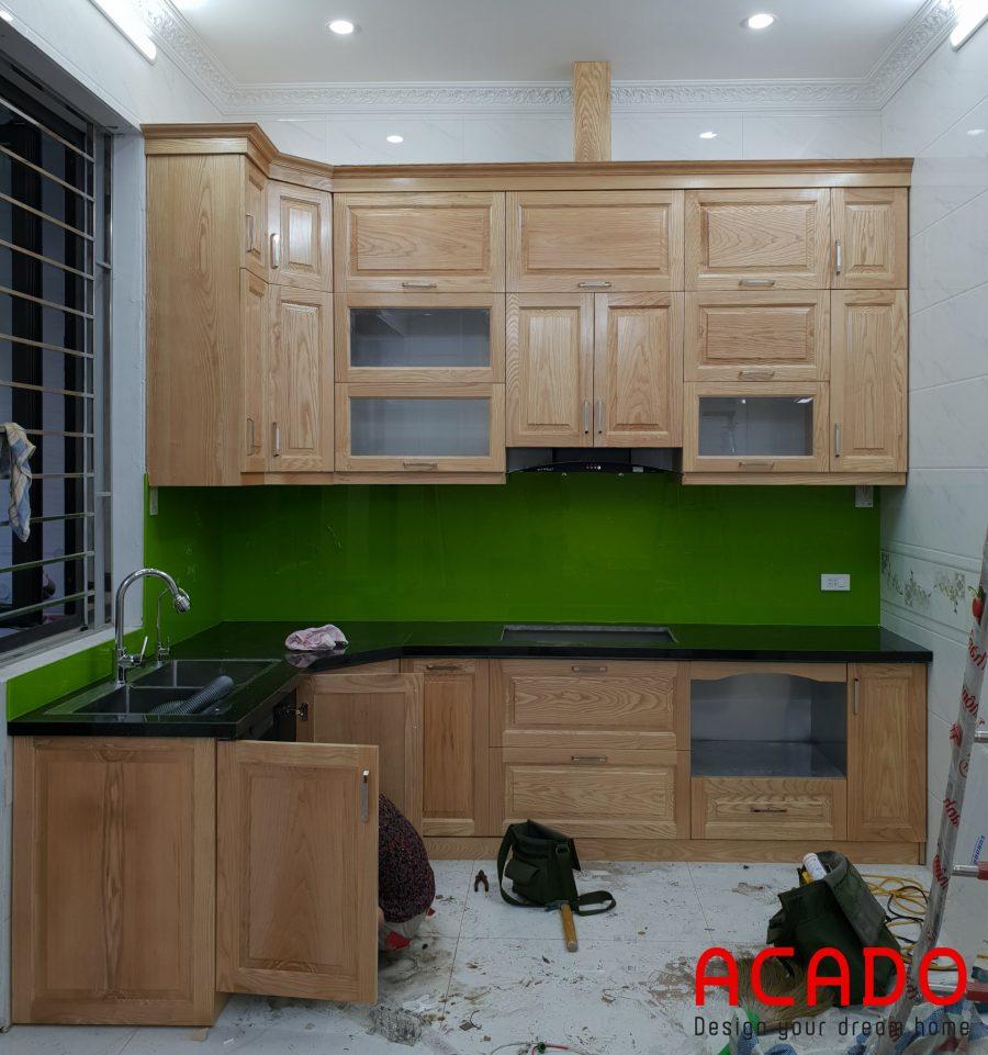 Tủ bếp khung inox cánh gỗ sồi Nga tự nhiên mang đến cảm giác ấm cúng cho căn bếp
