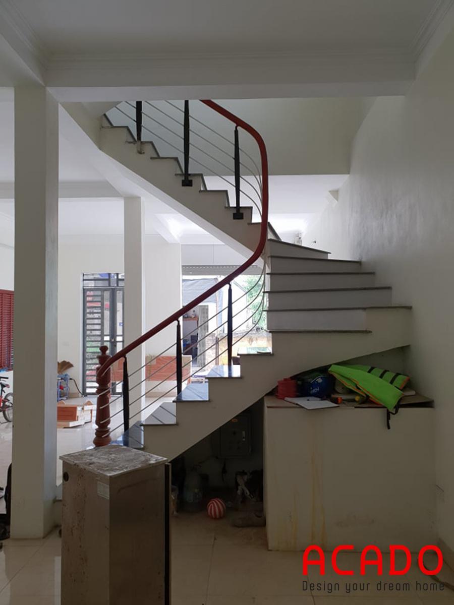Hầm cầu thang có phần bừa bộn.