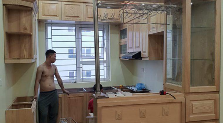 Tủ bếp gỗ sồi Nga có thiết kế thêm quầy bar hiện đại