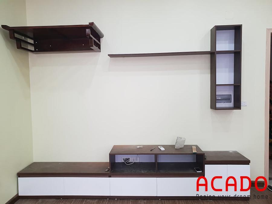 Tận dụng mảng tường cho ra bộ kệ TV đơn giản mà đầy đủ công năng.