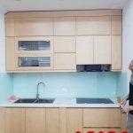 Tủ bếp gỗ tư nhiên kịch trần tận dụng tối đa không gian.