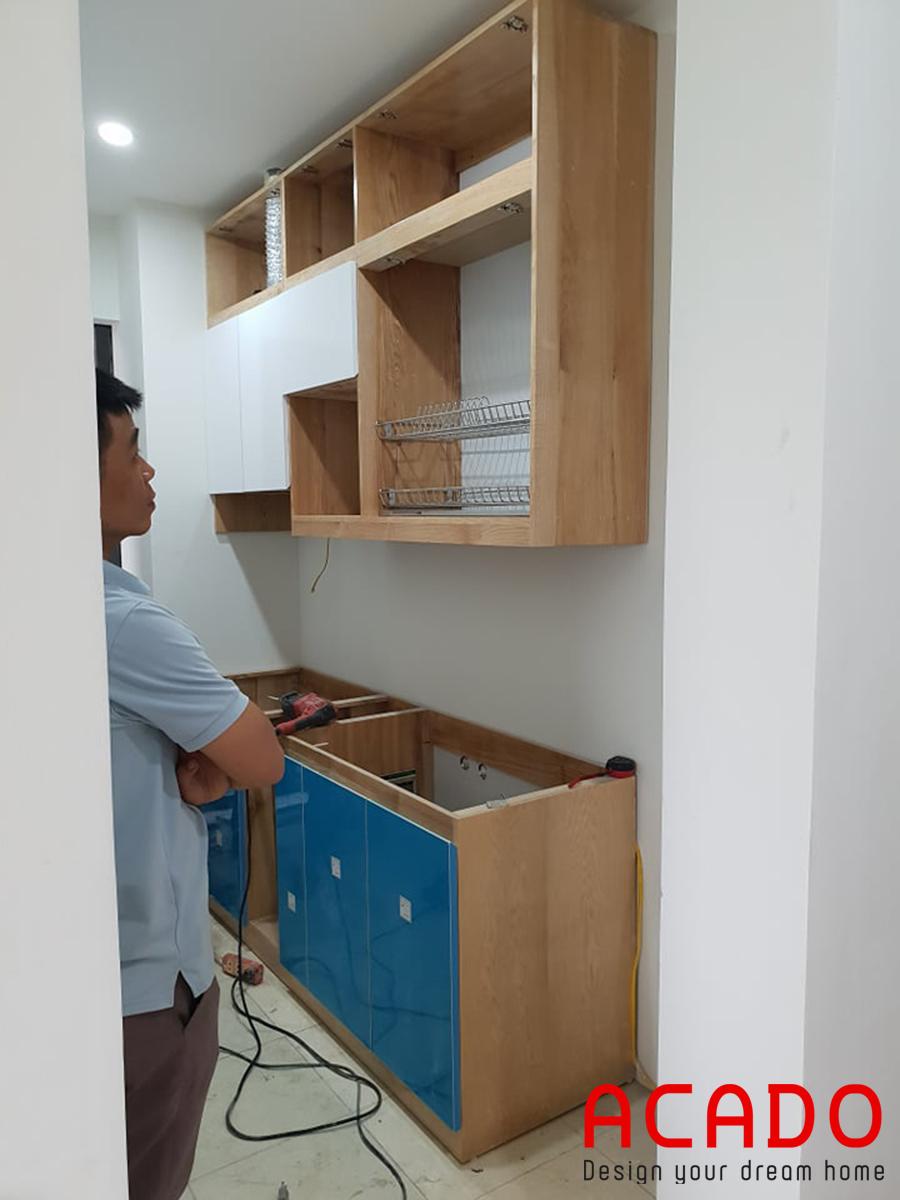 Anh Tư đang quan sát chiếc tủ của mình dần hoàn thiện.