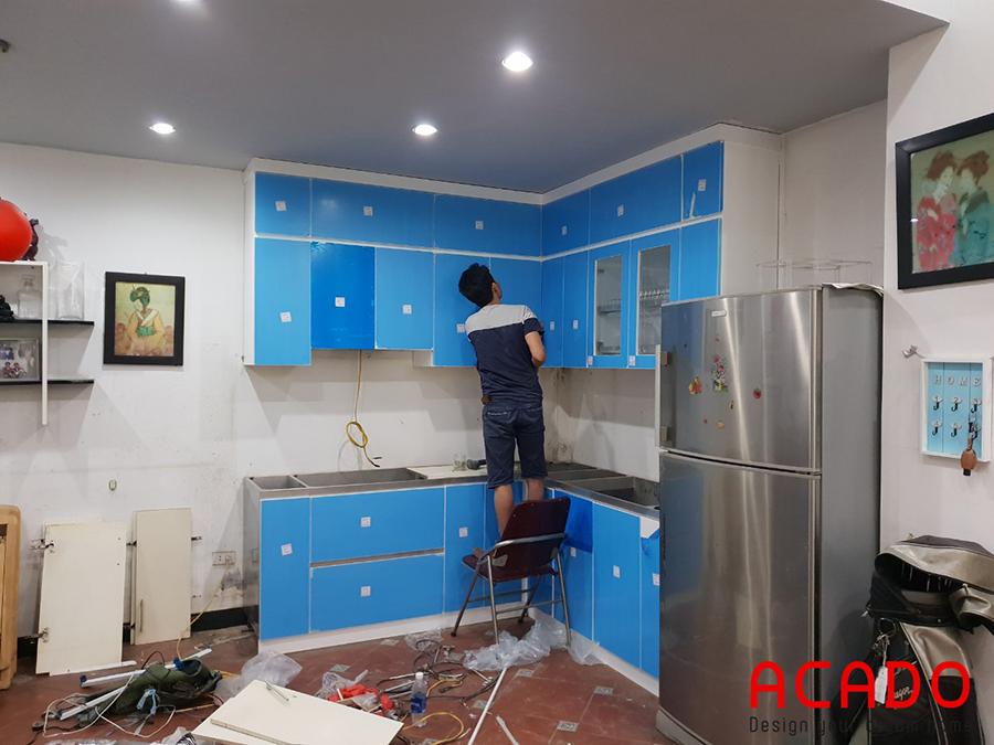 Thi công lắp đặt tủ bếp trên cho gia chủ.