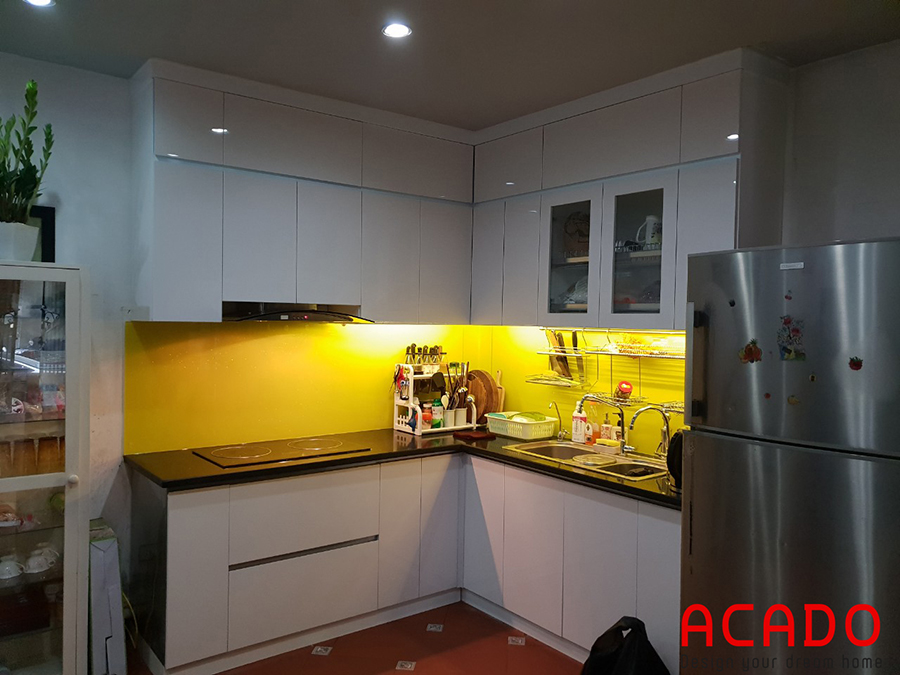 Tủ bếp Inox cánh gỗ chữ L ấm cúng cho gian bếp .