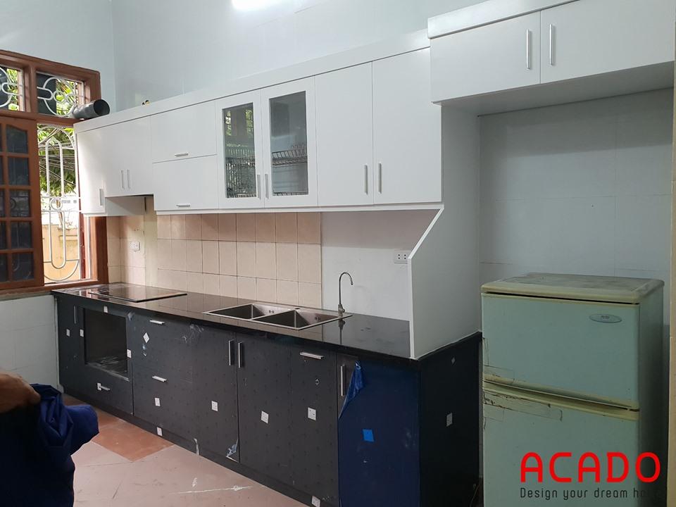 Tủ bếp Inox cánh gỗ chữ i đơn giản mà sang trọng.