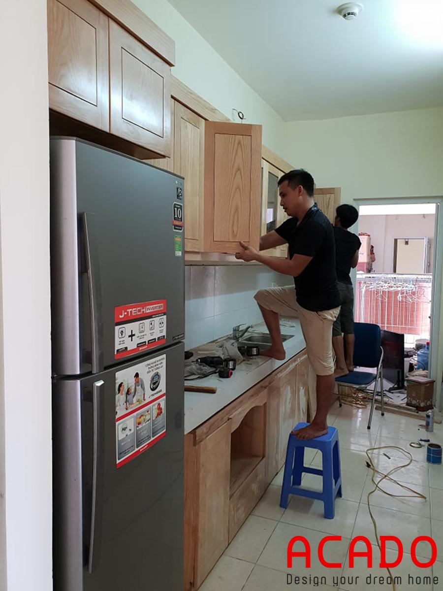 Thi công tủ bếp ở Văn Quán, lắp đặt cánh tủ bếp trên.