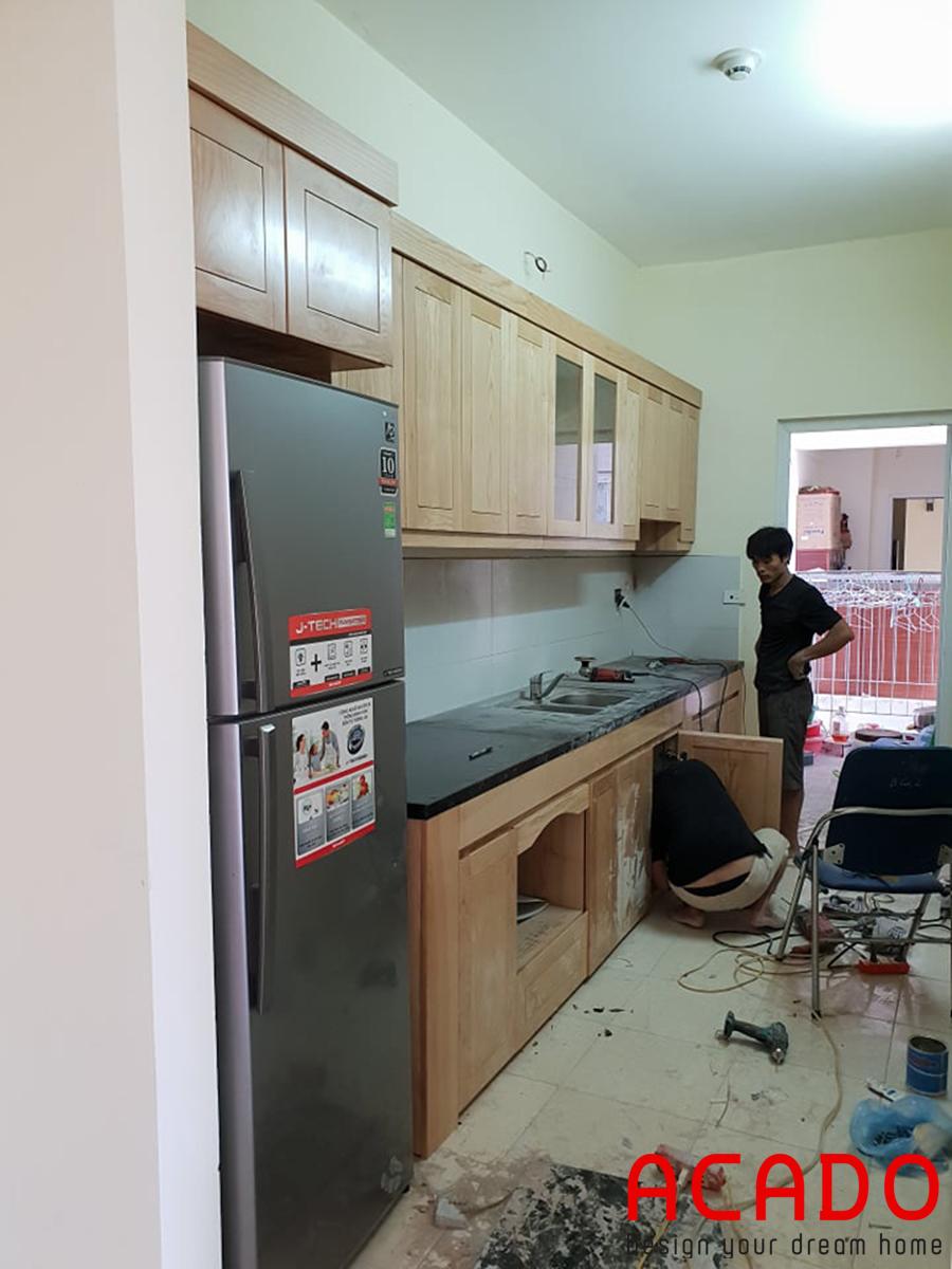 Thợ đang lắp đặt tủ bếp dưới.