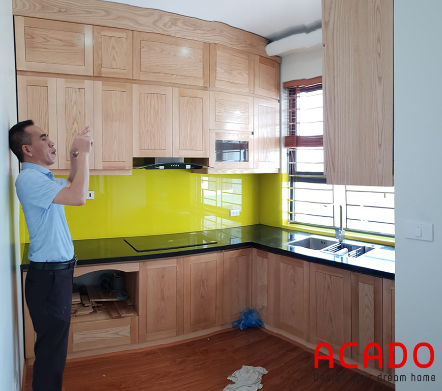 Anh Dương đang chụp lại căn bếp mới của mình.