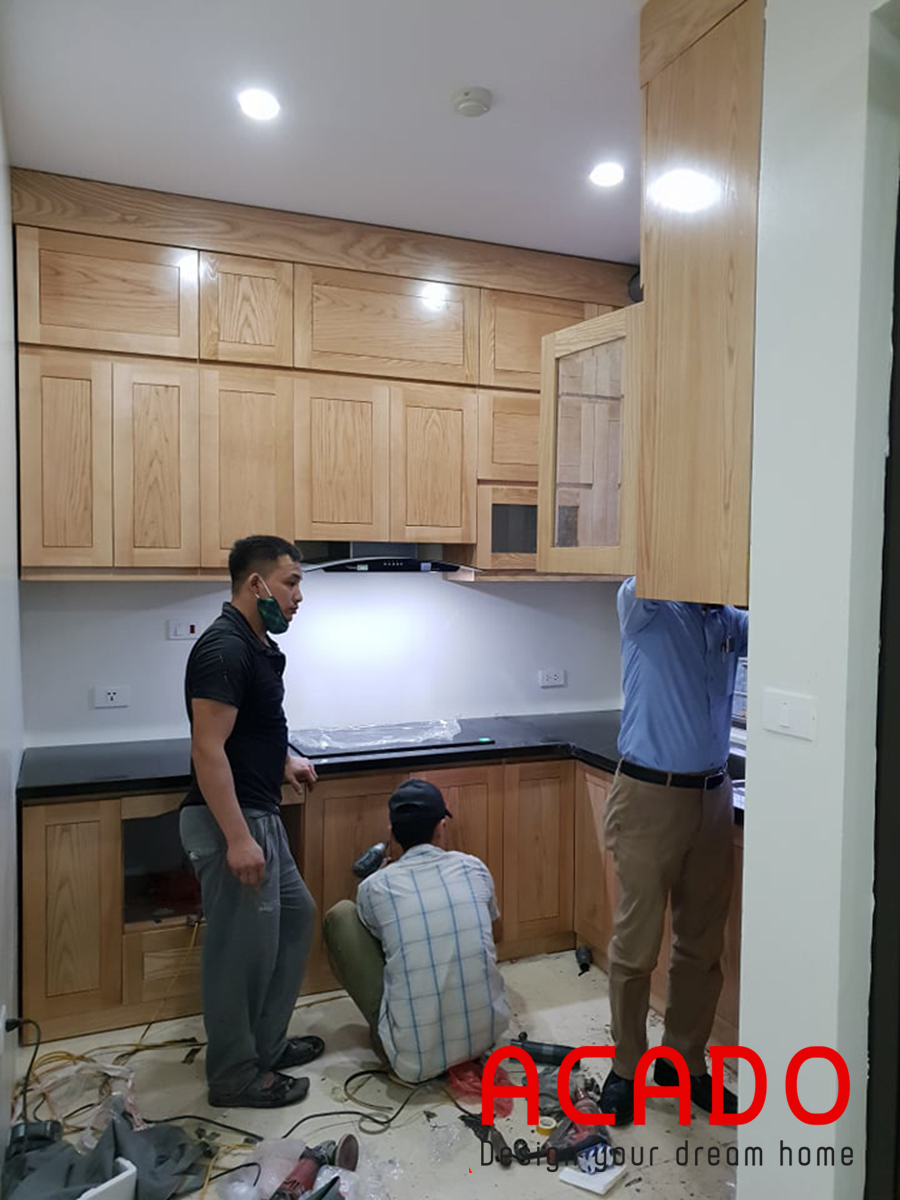 Hoàn thiện tủ bếp dưới, anh Dương đang xem căn bếp mới của mình.