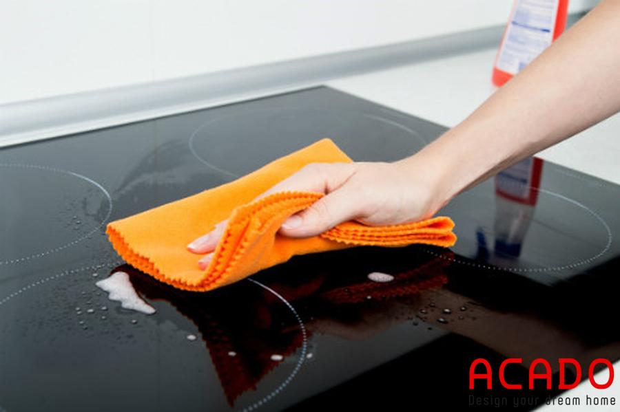 Một chiếc khăn mềm vừa dễ dàng lau chùi vừa bảo vệ bề mặt bếp.