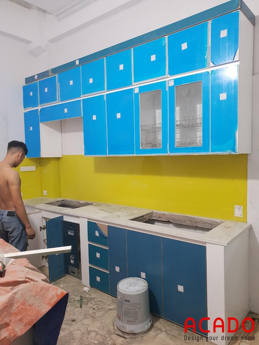 Tủ bếp hình chữ I tiết kiệm diện tích mà vẫn đẹp và đầy đủ tiện nghi.