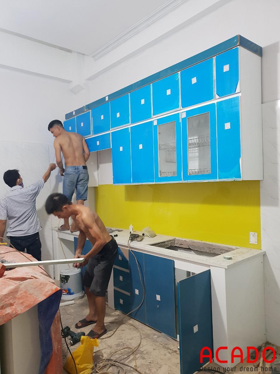 Các chú thợ vui vẻ, hăng say làm việc.