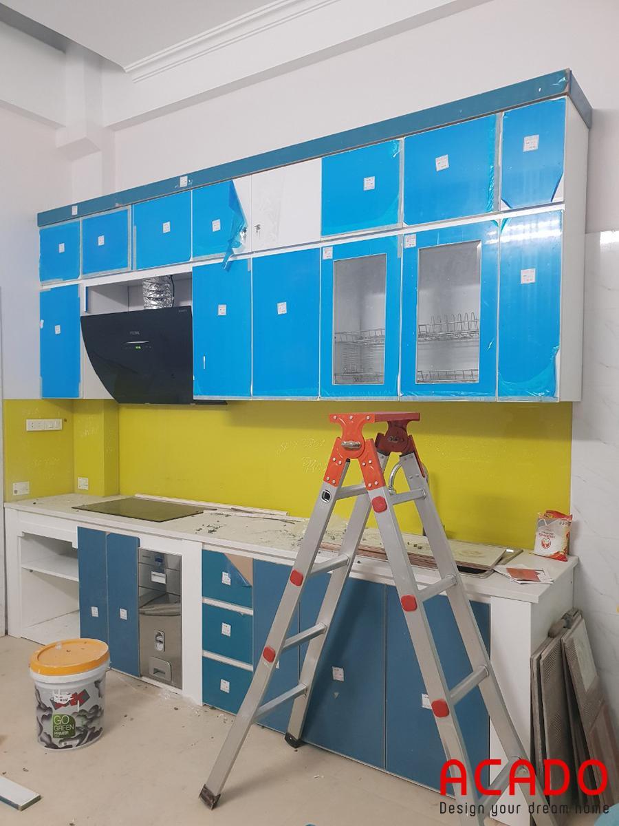 Tủ bếp mới lắp đặt xong, chỉ cần bóc lớp nilon chống xước nữa là hoàn chỉnh.